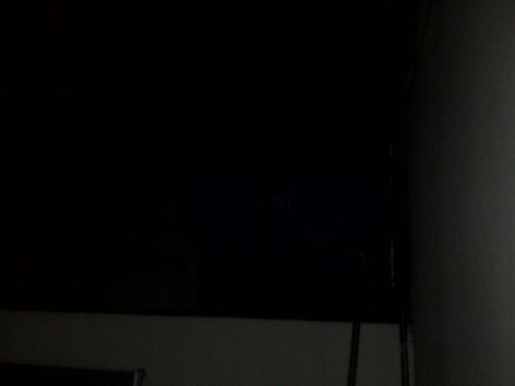 Tấm đầu tiên chụp, flash nháy đàng hoàng nhưng lên hình lại tối om không thể nhìn được gì trên bồn nước.