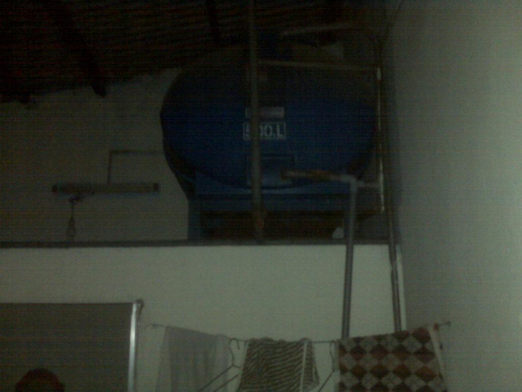 Cái bóng núp dưới bồn nước không thấy nữa....